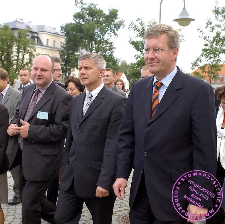 """KRZYZOWA 01.09.2004..W KRZYZOWEJ KOLO WROCLAWIA W ROCZNICE WYBUCH DRUGIEJ WOJNY SWIATOWEJ W SIEDZIBIE FUNDACJI """" KRZYZOWA """" DLA POROZUMIENIA EUROPEJSKIEGO ( KRZYZOWA FUNDATION FOR MUTUAL UNDERSTANDING IN EUROPE )  ODBYLO SIE SPOTKANIE PREMIERA RP MARKA BELKI I PREMIERA KRAJU ZWIAZKOWEGO DOLNEJ SAKSONII CHRYSTIANA WULFFA . W SPOTKANIU UDZIAL WZIELA TAKZE MLODZIEZ Z POLSKI I NIEMIEC..NA ZDJ. PREMIER MAREK BELKA  I CHRYSTIAN WULFF (R)..FOT. PIOTR HAWALEJ"""