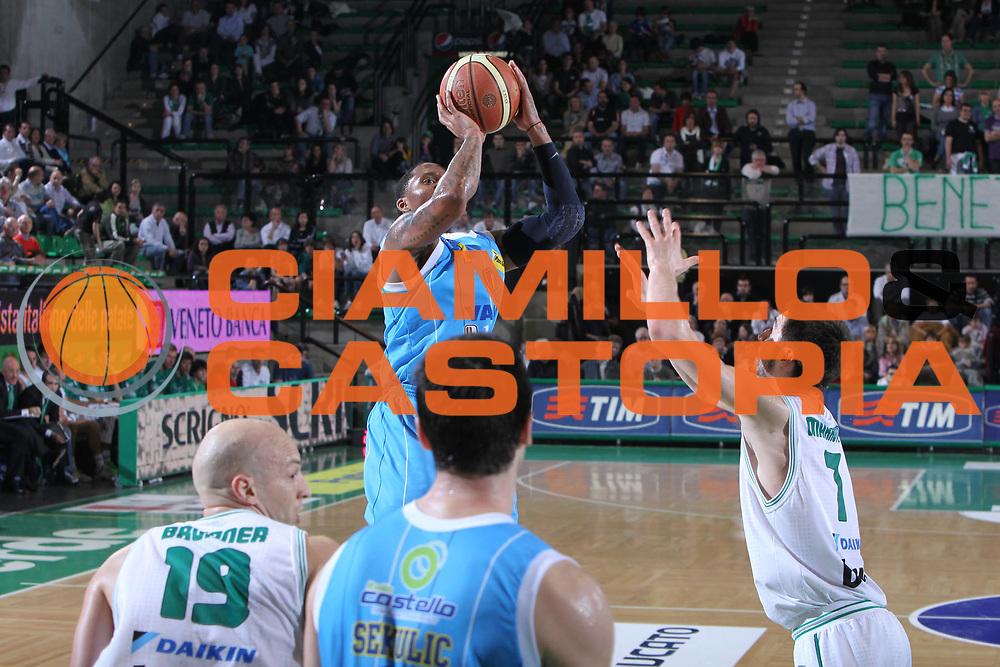 DESCRIZIONE : Treviso Lega A 2010-11 Benetton Treviso Vanoli Braga Cremona <br /> GIOCATORE : Jerrod Earl Rowland<br /> SQUADRA : Benetton Treviso Vanoli Braga Cremona<br /> EVENTO : Campionato Lega A 2010-2011 <br /> GARA : Benetton Treviso Vanoli Braga Cremona<br /> DATA : 23/04/2011<br /> CATEGORIA : Tiro<br /> SPORT : Pallacanestro <br /> AUTORE : Agenzia Ciamillo-Castoria/G.Contessa<br /> Galleria : Lega Basket A 2010-2011 <br /> Fotonotizia : Treviso Lega A 2010-11 Benetton Treviso Vanoli Braga Cremona<br /> Predefinita :
