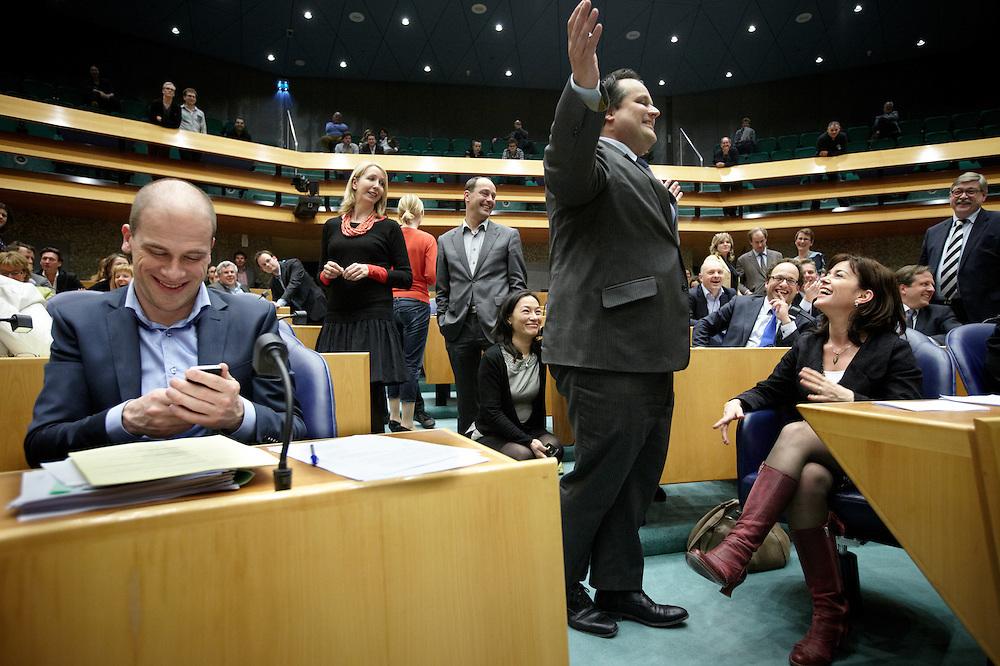 Nederland. Den Haag, 26 april 2012. <br /> Debat over gesloten akkoord. Demissionair minister de Jager bij de fractie van GroenLinks. Hilariteit als de Kamervoorzitter de Jager oproept niet verder te knielen bij Jolande Sap.<br /> VVD, CDA, D66, GroenLinks en ChristenUnie zijn met het kabinet een principe-akkoord overeengekomen over de begroting van volgend jaar.<br /> Men is als Tweede Kamer uit de impasse gekomen om voor mei een begroting voor 2013 op te stellen na de val van het kabinet Rutte van VVD, CDA en met gedoogsteun van de PVV van Geert Wilders. Crisisakkoord na mislukken ook van Catshuisberaad. 3% Financieringstekort.<br /> Het kabinet en de regeringspartijen VVD en CDA hebben in twee politiek gezien krankzinnige dagen met de oppositiepartijen D66, GroenLinks en de ChristenUnie een akkoord gesloten over bezuinigingen en hervormingen in 2013. Minister Jan Kees de Jager van Financi&euml;n koppelde als verkenner de vijf partijen aan elkaar en kreeg in nog geen 30 uur voor elkaar waar VVD en CDA met gedoogpartij PVV in 7 weken overleg in het Catshuis niet in waren geslaagd. Politiek, kabinet Rutte, kabinetscrisis, Catshuisonderhandelingen, Tweede Kamer, <br /> Foto : Martijn Beekman