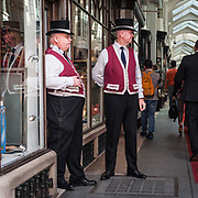 Due caratteristici Beadles per sorvegliare la Burlington Arcade, galleria commerciale di lusso in Piccadilly Street.<br /> <br /> Two Beadles to patrol the Burlington Arcade, the luxury commercial gallery in Piccadilly Street.<br /> <br /> #350d #photooftheday #picoftheday #bestoftheday #instadaily #instagood #follow #followme #nofilter #everydayuk #canon #buenavistaphoto #photojournalism #flaviogilardoni <br /> <br /> #london #uk #greaterlondon #londoncity #centrallondon #cityoflondon #londonuk #visitlondon #Beadles #BurlingtonArcade<br /> <br /> #photo #photography #photooftheday #photos #photographer #photograph #photoofday #streetphoto #photonews #amazingphoto #dailyphoto #goodphoto #myphoto #photoftheday #photogalleries #photojournalist #photolibrary #photoreportage #pressphoto #stockphoto #todaysphoto #urbanphoto