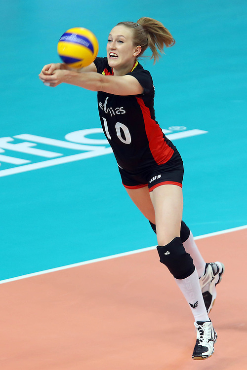 Lise Van Hecke receives a ball