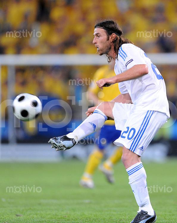 FUSSBALL EUROPAMEISTERSCHAFT 2008  Griechenland - Schweden    10.06.2008 Ioannis Amanatidis (GRE) am Ball.