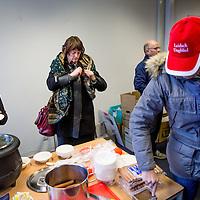 """Nederland, Alkmaar, 23 januari 2017.<br />NVJ in actie voor regionale kranten.<br />De Nederlandse Vereniging van Journalisten (VNJ) is maandag in actie gekomen tegen de bezuinigingsplannen bij de regionale kranten van de Holland Media Combinatie.<br />""""Wat zijn jullie ontzettend belangrijk voor onze inwoners"""", vulde Marjan van Kampen-Houwen (foto), burgemeester van Schagen, aan.<br />Na afloop was er snert met worst en roggebrood voor de protesterenden.<br /><br /><br />Foto: Jean-Pierre Jans"""