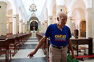 """VENEZUELA -  31/12/2012 - CARACAS.INTERNACIONAL - Com a noticia de que Hugo Chaves, Presidente da Venezuela, enfrenta novas complicações em seu estado de saúde, noticiado ontem a noite pelo vice presidente Nicolás Maduro, o governo venezuelano cancelou  todas as festas oficiais referentes ao ano novo.  Senhor Jeronimo Gutierres,89, que  disse que veio até a Catedral de Caracas, """"rezar pela vida do Comandante Chaves"""" .FOTO: DANIEL GUIMARÃES/FRAME"""
