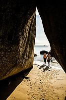 Caverna na Praia do Canto Grande. Bombinhas, Santa Catarina, Brasil. / <br /> Cave at Canto Grande Beach. Bombinhas, Santa Catarina, Brazil.