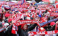 FUSSBALL TRIPELPARTY  SAISON  2012/2013  02.06.2013 Champions Party des FC Bayern Muenchen nach dem Gewinn des DFB Pokal und Triple.  Fans schwenken ihren Fanschal