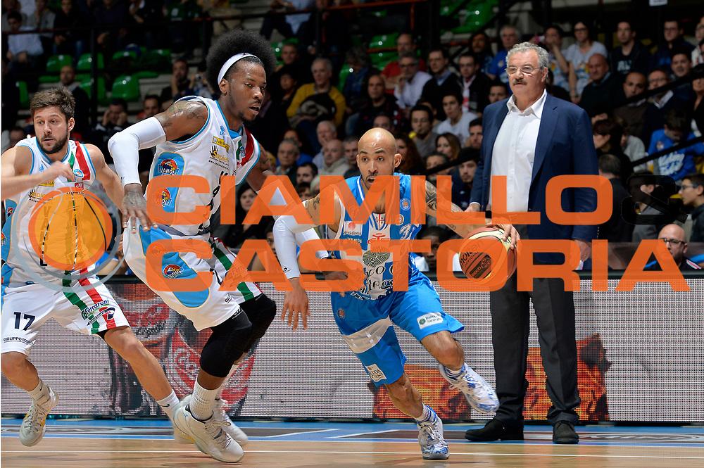 DESCRIZIONE : Final Eight Coppa Italia 2015 Desio Quarti di Finale Dinamo Banco di Sardegna Sassari - Vanoli Cremona<br /> GIOCATORE : David Logan<br /> CATEGORIA : palleggio penetrazione<br /> SQUADRA : Banco di Sardegna Sassari<br /> EVENTO : Final Eight Coppa Italia 2015 Desio<br /> GARA : Dinamo Banco di Sardegna Sassari - Vanoli Cremona<br /> DATA : 20/02/2015<br /> SPORT : Pallacanestro <br /> AUTORE : Agenzia Ciamillo-Castoria/Max.Ceretti