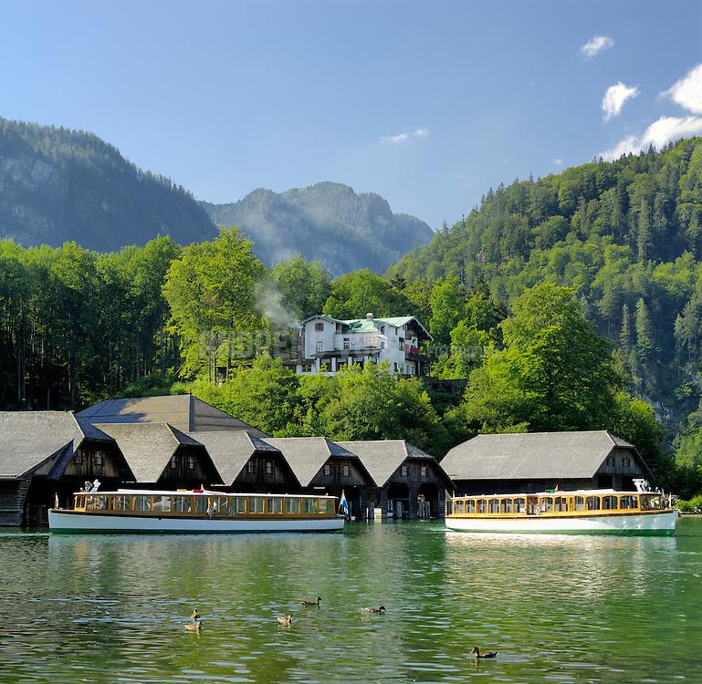 Cafe Malerwinkel und Waldmach-Schiffshütten mit Elektro-Motorbooten auf dem Königssee