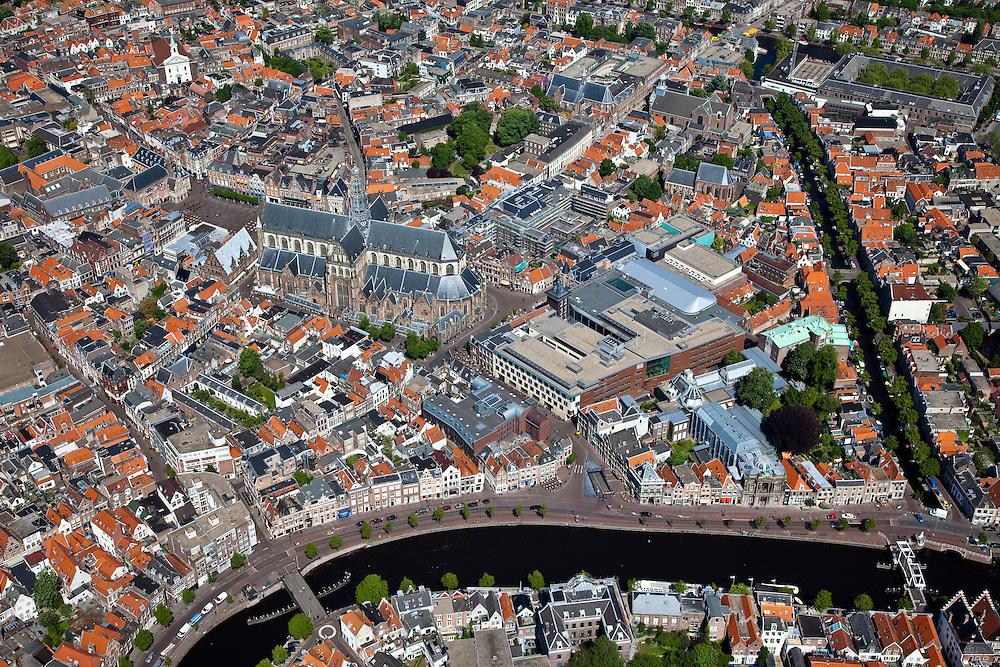 Nederland, Noord-Holland, Haarlem, 12-05-2009; overzicht van de stad met in het midden aan de Grote Markt het stadhuis en Grote Kerk of St. Bavokerk. Direkt rechts van de St. Bavo, het nieuwe complex de Appelaar (voorheen drukkerij Enschede, nu onder andere Gerechtsgebouw, concertzaal, hotel. Naast dit complex, aan het water van het Binnen Spaarne, het Teylersmuseum. Overview from the air of the village of Haarlem, Great Church (center) the blue building bottom right at the river Binnen Spaarne is the oldest museum of The Netherlands, The Teylers Museum..Swart collectie, luchtfoto (toeslag); Swart Collection, aerial photo (additional fee required).foto Siebe Swart / photo Siebe Swart