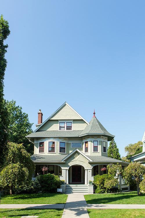 The former Thomas A. Radcliffe House at 484 E. 17th St., between Dorchester Road and Ditmas Ave., displays a blend of shngle-style Queen Anne and Colonial Revival architecture.