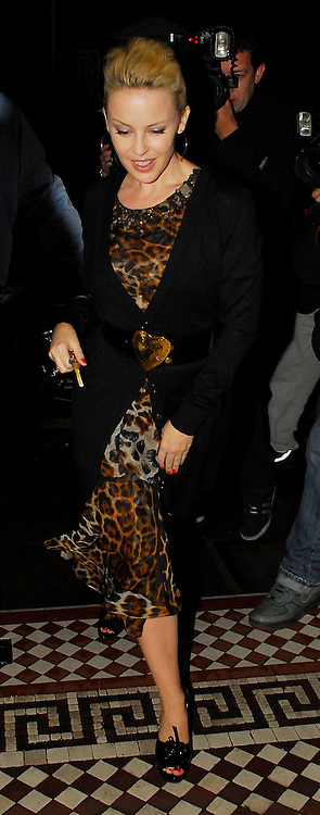 15.04.2008. LONDON<br /> <br /> KYLIE MINOGUE ARRIVING BACK HOME AT 11.30PM AFTER GOING TO THE THEATRE IN ST.MARTINS LANE<br /> <br /> BYLINE: EDBIMAGEARCHIVE.CO.UK<br /> <br /> *THIS IMAGE IS STRICTLY FOR UK NEWSPAPERS AND MAGAZINES ONLY*<br /> *FOR WORLD WIDE SALES AND WEB USE PLEASE CONTACT EDBIMAGEARCHIVE - 0208 954 5968*