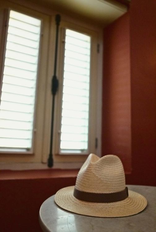 Panama hat in hotel bar (Hotel Kura Hulanda)