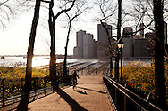 New York.  Brooklyn Height promenade with a view on lower Manhattan skyline  New York  Usa /  Manhattan dowtown e vue depuis la promenade de Brooklyn Heights New York  Usa