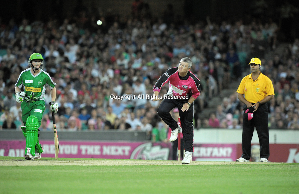 27.12.2011 Sydney, Australia.Sydney Sixers spinner Stuart MacGill in action during the KFC T20 Big Bash League game between the Sydney Sixers  and the Melbourne Stars at the Sydney Cricket Ground.