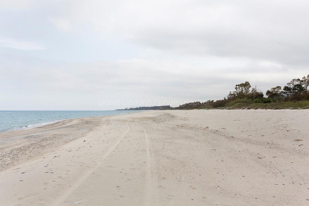 SANT'ANDREA APOSTOLO DELLO IONIO (CZ), ITALIA - 12 APRILE 2014: Tratto di spiaggia dal Fosso Cupido al Torrente Alaca, a Sant'Andrea Apostolo dello Ionio, il 12 aprile 2014