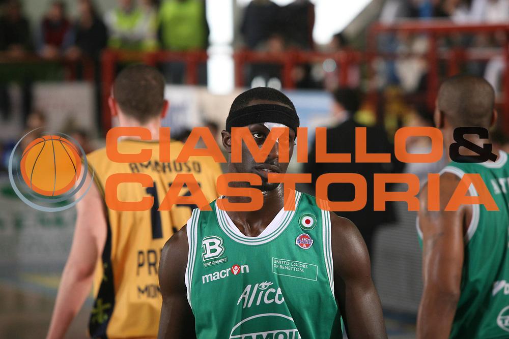 DESCRIZIONE : Porto San Giorgio Lega A1 2007-08 Premiata Montegranaro Benetton Treviso <br /> GIOCATORE : Mensah Bonsu <br /> SQUADRA : Benetton Treviso <br /> EVENTO : Campionato Lega A1 2007-2008 <br /> GARA : Premiata Montegranaro Benetton Treviso <br /> DATA : 16/03/2008 <br /> CATEGORIA : Infortunio <br /> SPORT : Pallacanestro <br /> AUTORE : Agenzia Ciamillo-Castoria/G.Ciamillo