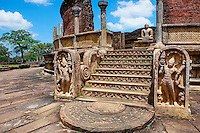 Sri Lanka, province du Centre-Nord, cité historique de Polonnaruwa, classée au Patrimoine Mondial de l'UNESCO, quadrilatere, terrasse de la dent, vatadage, chambre des reliques, escalier orné de pierre de lune et de bas relief // Sri Lanka, Ceylon, North Central Province, ancient city of Polonnaruwa, UNESCO World Heritage Site, quadrangle, Vatadage temple, guardstone and carvings