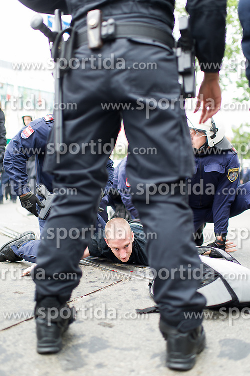 "11.06.2016, Wien, AUT, Demonstration der Identitären Bewegung Österreich mit diversen Gegendemonstrationen. im Bild Polizisten nehmen einen Mann fest // police officers arresting a man during demonstration of the right group ""Identitaeren"" and left-wing counter demonstrations in Vienna, Austria on 2016/06/11. EXPA Pictures © 2016, PhotoCredit: EXPA/ Michael Gruber"