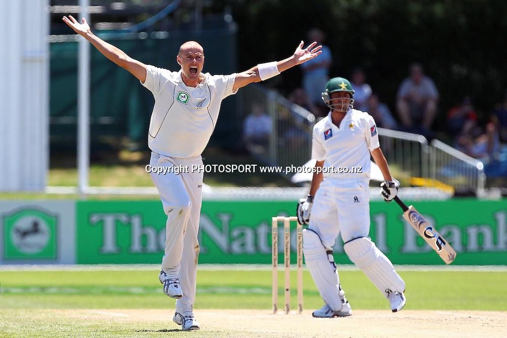 NZ's Chris Martin appeals (unsuccessful) to the umpire. New Zealand Black Caps v Pakistan, Test Match Cricket. Day 2 at Seddon Park, Hamilton, New Zealand. Saturday 8 January 2011. Photo: Anthony Au-Yeung/photosport.co.nz