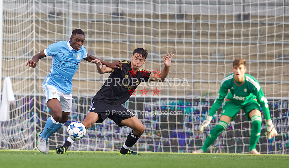 MANCHESTER, ENGLAND - Tuesday, September 15, 2015: Manchester City's Thierry Ambrose in action against Juventus during the UEFA Youth League Group D match at the City of Manchester Stadium. (Pic by David Rawcliffe/Propaganda)