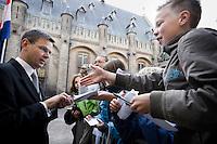 Nederland. Den Haag, 18 september 2007.<br /> Prinsjesdag. Andre Rouvoet, minister van Jeugd en Gezin bij aankomst op het Binnenhof. Handtekeningen uitdelen.<br /> Foto Martijn Beekman <br /> NIET VOOR TROUW, AD, TELEGRAAF, NRC EN HET PAROOL