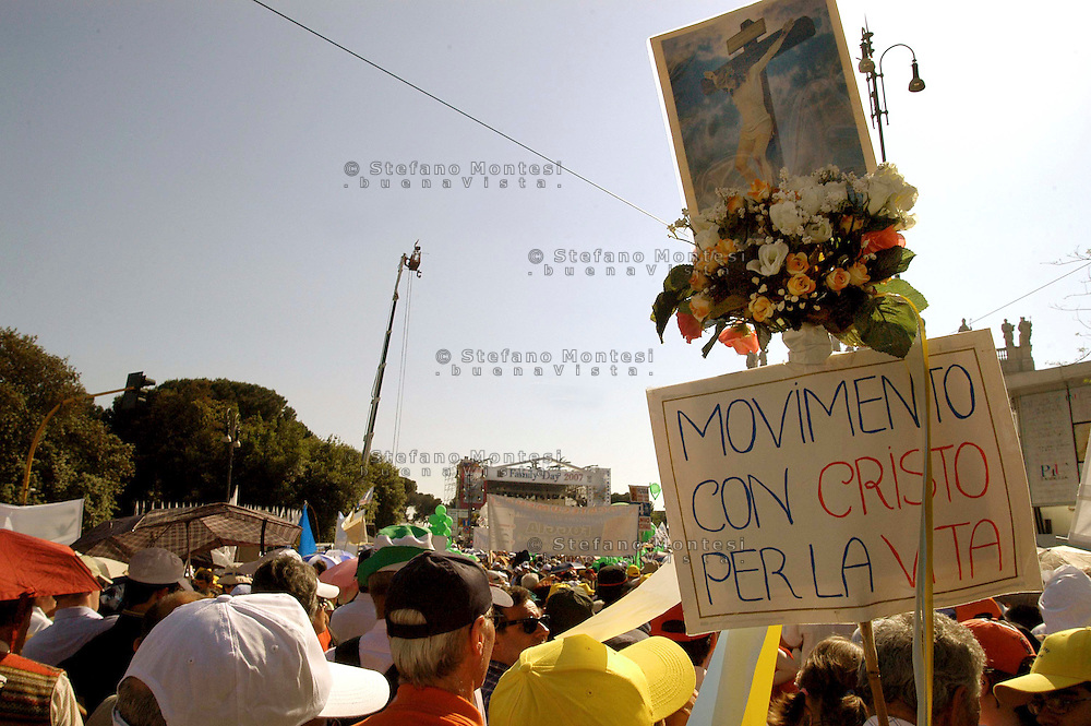 Rome 12 May 2007.People demonstraes during the 'Day of the Family' protest against a government plan to grant homosexual couples legal status, in front of the Basilica of Saint John Lateran in Rome..The banner reads: Movement with Christ for Life