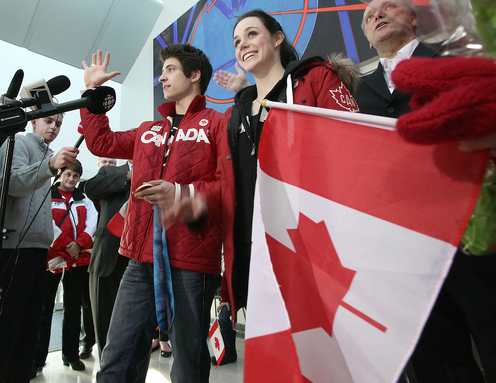 London, Ontario ---02/03/10--- Olympic Gold Medalists in Ice dance Scott Moir and Tessa Virtue wave to fans during a press conference at the airport in London, Ontario, March 2, 2010.<br /> CP PHOTO/'GEOFF ROBINS