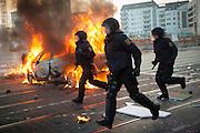 Proteste gegen die Er&ouml;ffnung des neuen EZB-Geb&auml;udes in Frankfurt am Main. Mehrere 10000 Aktivisten des kapitalismuskritischem Netzwerkes Blockupy blockieren das EZB-Geb&auml;ude. Dabei kommt es zu schweren Ausschreitungen, Demonstranten setzten Polizeiwagen und Barrikaden in Brand und zerst&ouml;ren Schaufensterscheiben. <br /> <br /> &copy; Christian Mang / info@imagedeluxe.net