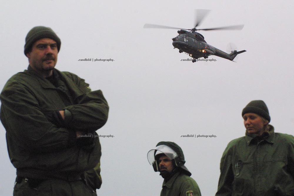Ein Hubschrauber des Bundesgrenzschutz fliegt weitere Polizisten ein. Sie sollen die Transportstrecke des Castorzuges gegen Demonstranten sichern.