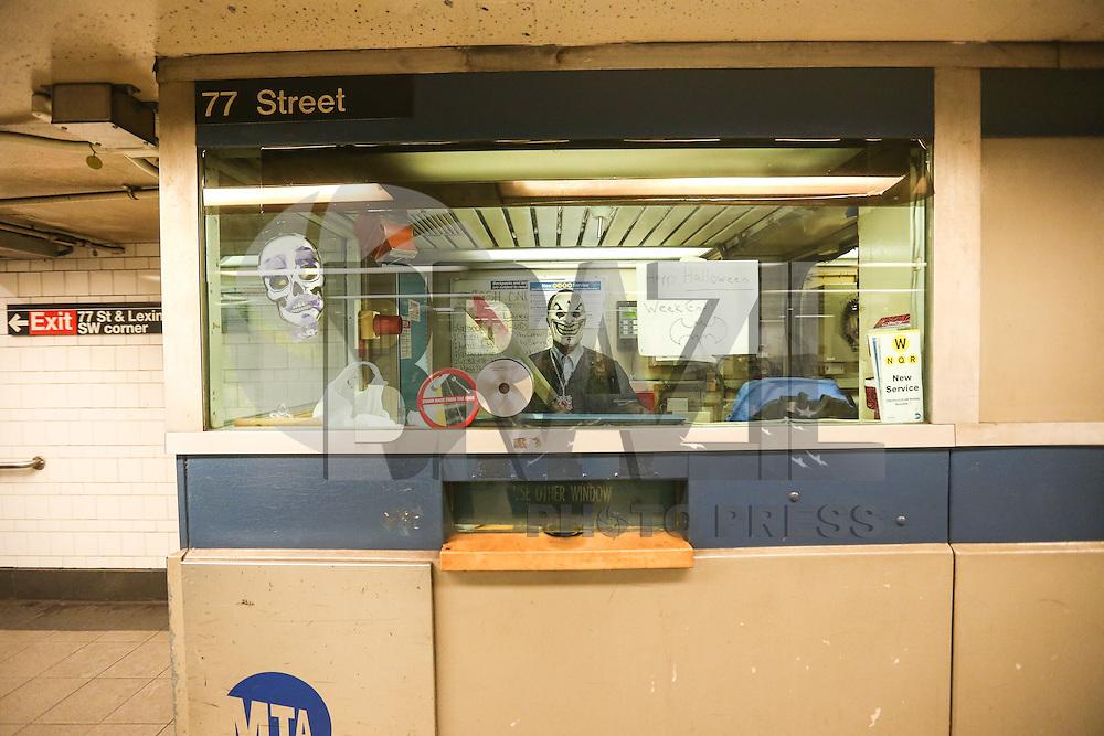 NEW YORK, NY, 30.10.2016 - HALLOWEEN-NEW YORK - Funcionário do metro é visto caracterizado em New York na véspera das celebrações de Halloween em Manhattan New York, neste domingo, 30.(Foto: Vanessa Carvalho/Brazil Photo Press)