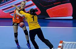 07-12-2013 HANDBAL: WERELD KAMPIOENSCHAP NEDERLAND - DOMINICAANSE REPUBLIEK: BELGRADO <br /> 21st Women s Handball World Championship Belgrade / Nederland wint met 44-21 - Lynn Knippenborg<br /> ©2013-WWW.FOTOHOOGENDOORN.NL