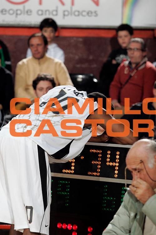 DESCRIZIONE : Caserta Lega A1 2008-09 Eldo Caserta Scavolini Spar Pesaro<br /> GIOCATORE : Horace Jenkins<br /> SQUADRA : Eldo Caserta<br /> EVENTO : Campionato Lega A1 2008-2009 <br /> GARA : Eldo Caserta Scavolini Spar Pesaro<br /> DATA : 10/12/2008 <br /> CATEGORIA : Delusione<br /> SPORT : Pallacanestro <br /> AUTORE : Agenzia Ciamillo-Castoria/A.De Lise