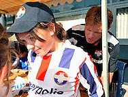 23-08-2008 VOETBAL:WILLEM II:OPENDAG:TILBURG<br /> Alfons Groenendijk kan niet alleen goed piano spelen maar ook handtekeningen zetten op het shirt van een supporter<br /> <br /> Foto: Geert van Erven