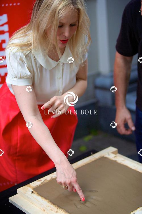 UTRECHT - Het maken van de Gouden Tegel-handafdrukken van Gouden Kalf-winnaars Marwan Kenzari (WOLF) en Hadewych Minis (BORGMAN) op de Talent & Pro Filmboulevard. Met hier op de foto  Hadewych Minis (Beste Actrice). FOTO LEVIN DEN BOER - PERSFOTO.NU