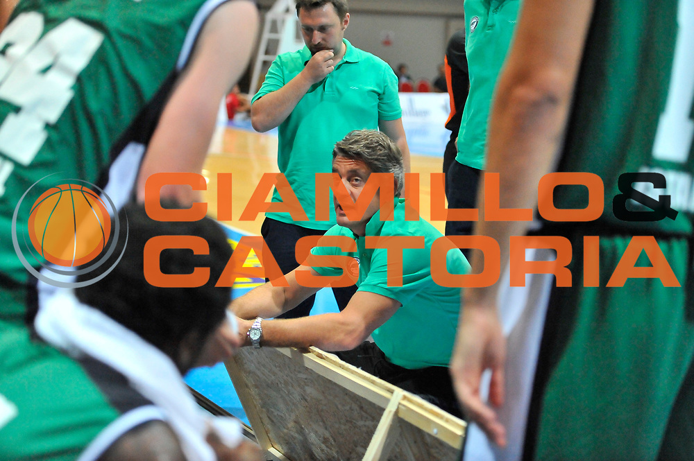 DESCRIZIONE : Torneo Internazionale Geovillage Olbia Dinamo Banco di Sardegna Sassari - Darussafaka Bogus<br /> GIOCATORE : Oktay Mahmuti<br /> CATEGORIA : Allenatore Coach Time Out<br /> SQUADRA : Darussafaka Bogus<br /> EVENTO : Torneo Internazionale Geovillage Olbia<br /> GARA : Dinamo Banco di Sardegna Sassari - Darussafaka Bogus<br /> DATA : 06/09/2014<br /> SPORT : Pallacanestro <br /> AUTORE : Agenzia Ciamillo-Castoria / Luigi Canu<br /> Galleria : Precampionato 2014/2015<br /> Fotonotizia : Torneo Internazionale Geovillage Olbia Dinamo Banco di Sardegna Sassari - Darussafaka Bogus<br /> Predefinita :