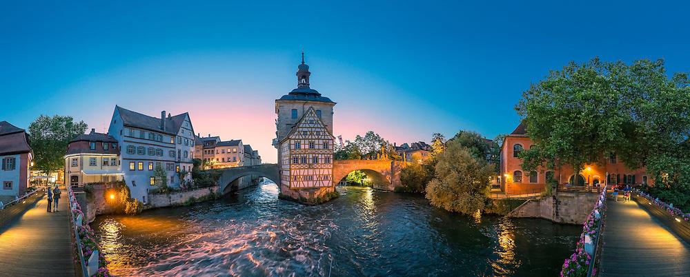 Das Alten Rathauses in Bamberg steht mitten im Fluss Regnitz und markiert die alte Herrschaftsgrenze zwischen bischöflicher Berg- und bürgerlicher Inselstadt.