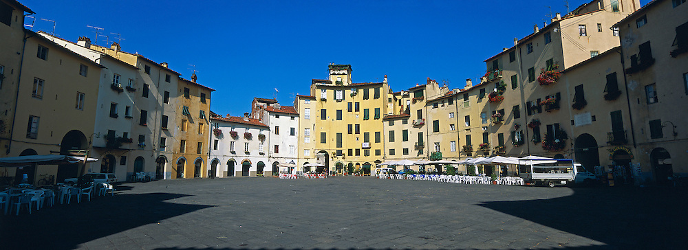 Italie, Toscane, Lucca (Lucques), Piazza dell'Anfiteatro (amphithéâtre) // Italy, Tuscany, Lucca, Anfiteatro place