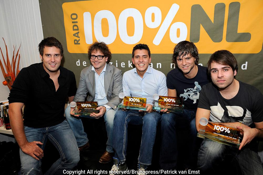 100 procent NL Awards 2010 in de studio van 100procent NL.<br /> <br /> Op de foto:<br /> <br />  De 100% NL Award winnaars  Jan Smit , Hansen Tomas , Nick en Simon , Guus Meeuwis