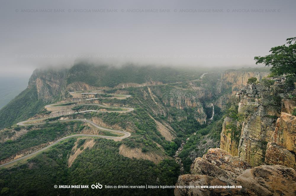 A estrada da Serra da Leba durante a época das chuvas. Província do Namibe. Angola
