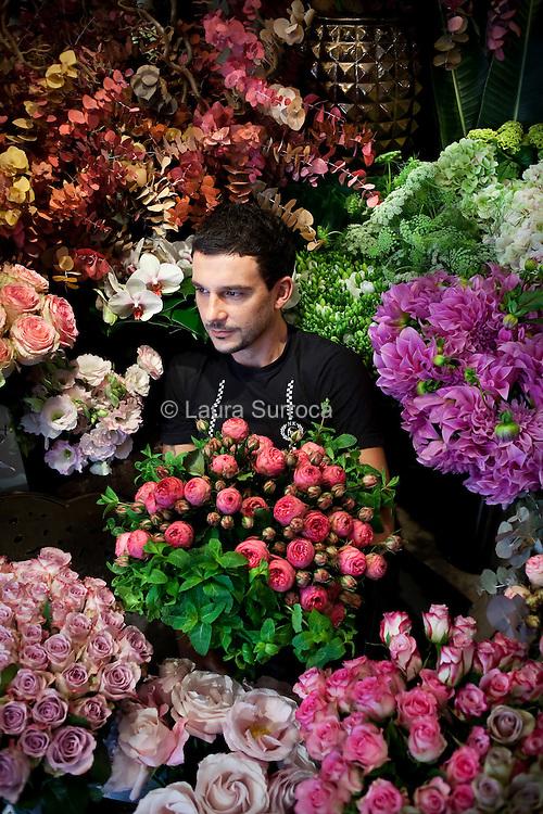 Fabien Joly, createur floral, dans sa boutique au 73 rue Monge de Paris, le 13 octobre 2011.