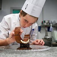 Luca de 13 años y cocinero precoz con el Chef profesor de pasteleria Jose Enrique Gonzalez en Le Cordon Bleu, Escuela de Artes Culinarias y Hosteleria. Universidad Francisco de Vitoria, Madrid.