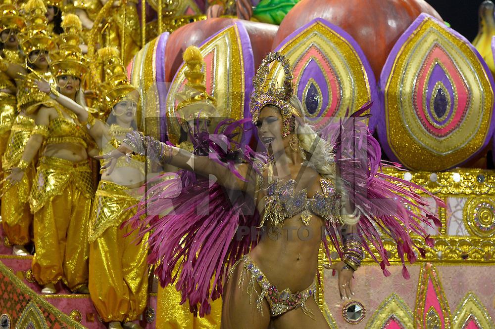 SÃO PAULO,SP, 07.02.2016 - CARNAVAL-SP – Integrantes da escola de samba Dragões da Real durante segundo dia de desfiles do grupo especial do Carnaval de São Paulo no Sambódromo do Anhembi na região norte da capital paulista na madrugada deste domingo, 07. (Foto: Levi Bianco /Brazil Photo Press/Folhapress)