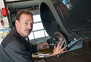 Foto einer Automechaniker an die Arbeit. Porträt für die Firmenprospekt und Webseite