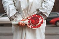 """13 MAR 2000, BERLIN/GERMANY:<br /> Verkehrspolizist mit Polizeikelle """"Halt Polizei""""<br /> IMAGE: 20000313-01/01-03<br /> KEYWORDS: Police, Polizei, Verkehr, traffic, Polizist, policeman, Verkehrspolizei, Kelle, Verkehrskontrolle"""