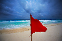 Mexique, Etat du Quintana Roo, Riviera Maya, Cancun, zone hoteliere, drapeau rouge sur la plage // Mexico, Quintana Roo State, Riviera Maya, Cancun, hotel zone, red flag on the beach