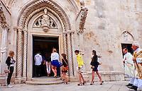 Croatie, Dalmatie, côte dalmate, île de Korcula, ville de Korcula, portail central de la cathédrale Saint Marc, messe // Croatia, Dalmatia, Korcula island, Korcula city, Saint Marc cathedral, mass