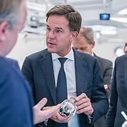 NLD/Amsterdam/20190206- Bezoek Mark Rutte aan het Skills Centre (AMC), Mark Rutte bekijkt een kunstknie