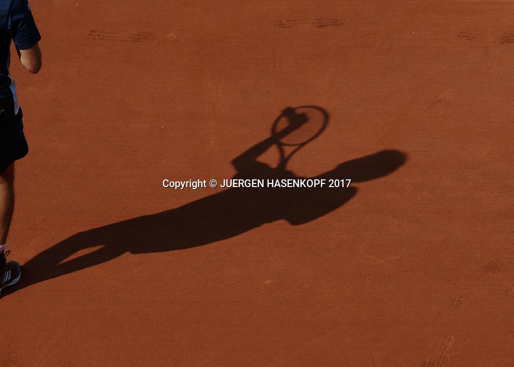 French Open 2017 Feature,Tennisspieler Schatten auf einm Sandplatz,von oben,Symbolfoto<br /> <br /> Tennis - French Open 2017 - Grand Slam / ATP / WTA / ITF -  Roland Garros - Paris -  - France  - 31 May 2017.
