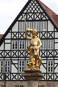 goldene Marktbrunnenfigur St. Georg vor Creutznacher Haus, Eisenach, Thüringen, Deutschland | golden market fountain figure St. George, Creutznacher Haus, Eisenach, Thuringia, Germany