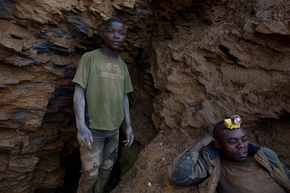 Luntukulu, Congo<br /> <br /> Fiston 15 &aring;r, bryter tennmalm i gruvan. -Ett bra dygn kan jag tj&auml;na 5 dollar. Jag hoppas kunna spara ihop till en hammare, s&auml;ger han.<br /> <br /> Photo: Niclas Hammarstr&ouml;m